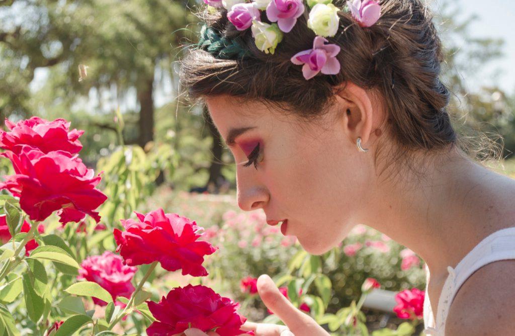 dziewczyna z kwiatami we włosach